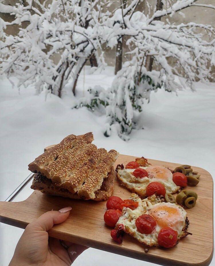 خوردن نیمروی فرنگی با زیتون و گوجه و نان بربری ??
