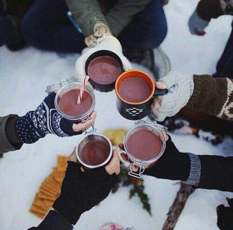 نوشیدنی داغ دور هم وسط برف ??
